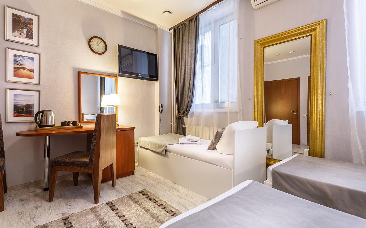Трехместный номер «Комфорт» с одной двуспальной и одной односпальной или тремя односпальными кроватями